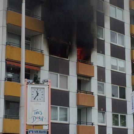 Starke Rauchentwicklung aus der Wohnung im 3. OG