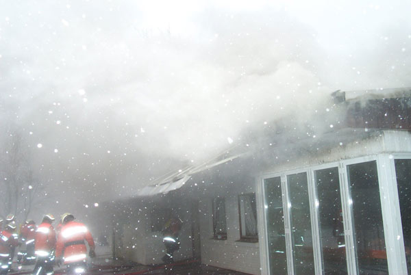 Die Rauchentwicklung war durch das verbrennende Unterdach aus Teerpappe enorm