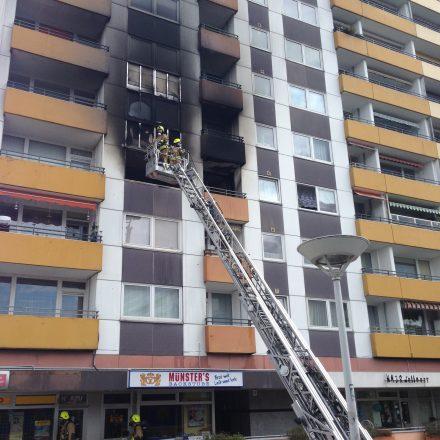 Im Rahmen der Nachlöscharbeiten wird die Fassade kontrolliert