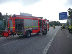 HLF 10/44-1 sperrt die A23 für die Aufräumungsarbeiten