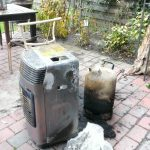 Gasheizung und Gasflasche mit starken Brandspuren