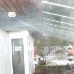 Auch unter dem Vordach quoll der Rauch aus allen Ritzen