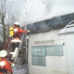 Unter der Dachhaut aus Metalltrapezblechen konnte sich das Feuer sehr schnell ausbreiten