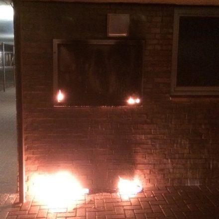 Brennender Schaukasten an der Hauswand