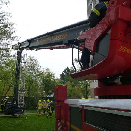 Der Telekopmast wird für die Rettungvorbereitet