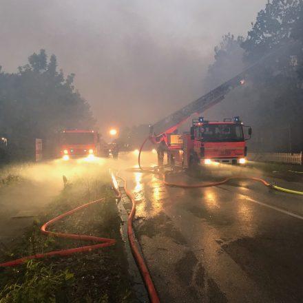 Niederschlagender Rauch erschwerte die Brandbekämpfung