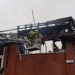 Mittels Einreißhaken wurden lose Teile des Dachs entfernt um die Gefahr herunter stürzender Teile zu verringern