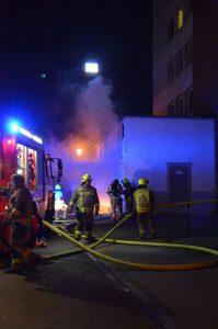 Die Flammen schlagen aus der Kellertür