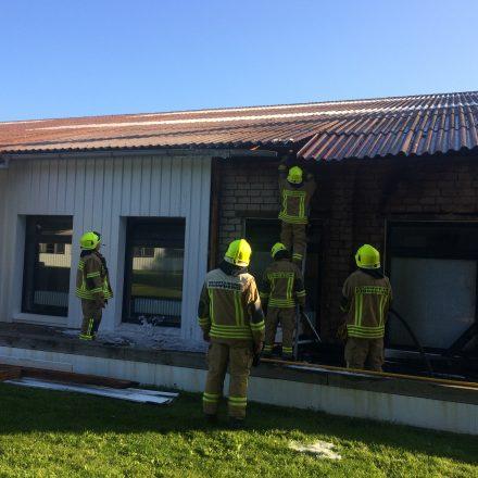 Entfernung der Holzverkleidung, auf der Suche nach letzten Brandnesterm