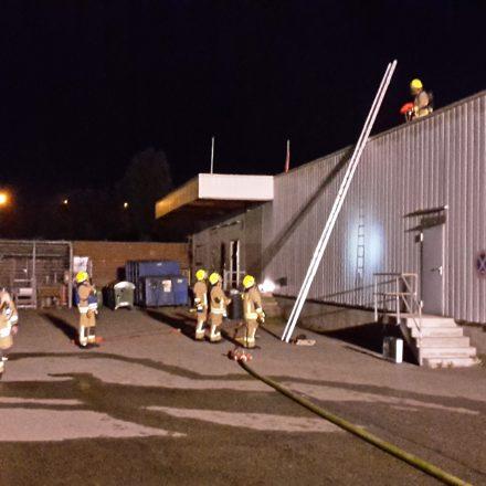 Brandbekämpfung über die Gebäuderückseite auf das Dach