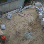 Das Fundament ist fertig, die Außenwände werden gemauert ( 28.08.05 )