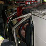 Mit einem B-Schlauch wurde der Fahrer im Gurt entlastet und auf das Rettungsbrett gelegt