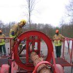 Mit einer Hydraulik wird der Baumstamm unter Spannung gesetzt
