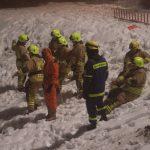Unsere menschlichen Seilwinden halten den Kontakt zu allen Einsatzkräften und Einsatzmitteln, die auf das Eis gehen. Ohne eine Absicherung durch Kameraden an Land wird keine Rettung eingeleitet