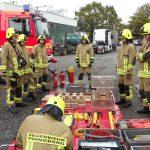 Vorbesprechung und Aufbau des Geräteablageplatzes - Für die technische Rettung bei einem Unfall mit einem Lkw wird wesentliche mehr und größeres Gerät benötigt.