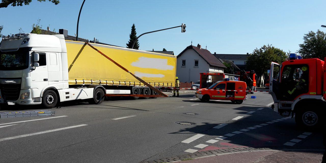 LKW-Anhänger droht umzustürzen