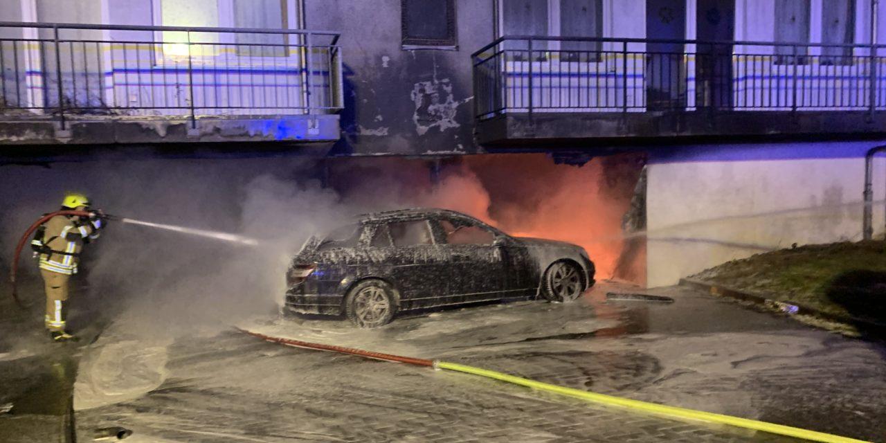 Brennen drei Pkw, Übergriff des Feuers auf das Gebäude