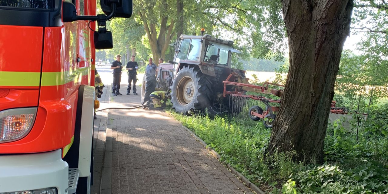 Brannte Traktor auf Feld