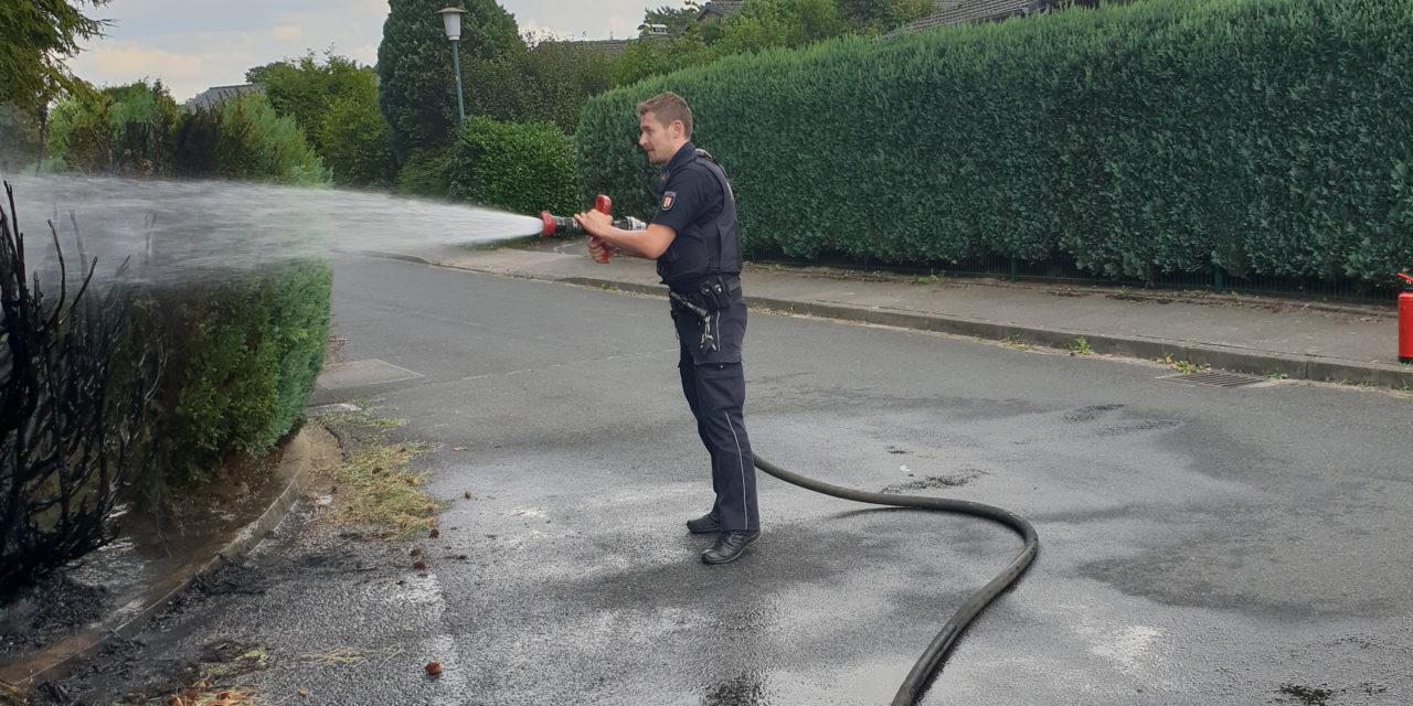Polizist als Feuerwehrmann im Einsatz