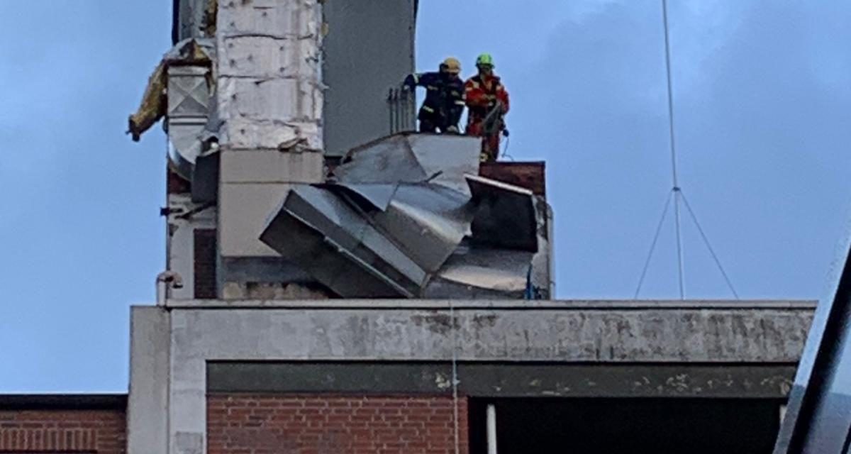 Lüftungsteile drohen von Dach zu fallen