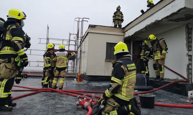 Feuer im Dachbereich eines Hochhauses