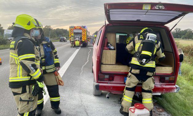 Brennt Kleinbus – Nachkontrolle gelöschtes Feuer